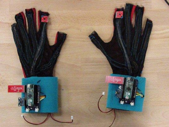 Американские студенты создали уникальные перчатки, преобразующие язык жестов в слова